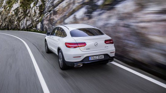 Mercedes GLC Coupé 300 e 4MATIC Carro Branco Híbrido Plug-in Vista Exterior