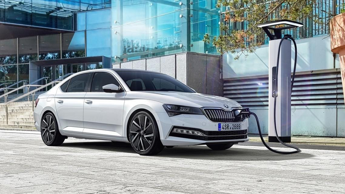 Skoda Superb iV Carro Híbrido Plug-in Branco Vista Exterior